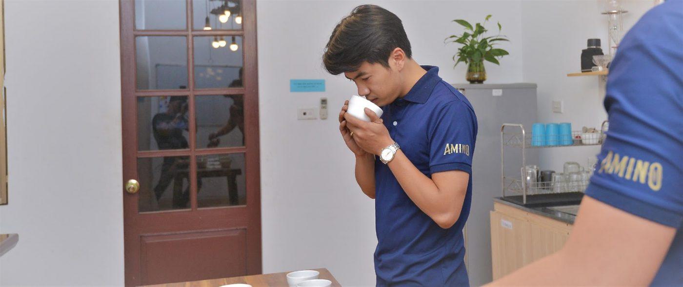 Công đoạn thử nếm cà phê tại Amino Coffee