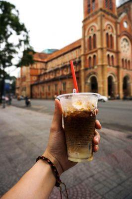 Cà phê Sài Gòn còn được gọi bằng tên khác cà phê cóc, chỉ quán hàng nước vỉa hè bạn cũng có thể gọi cho mình ly cà phê sữa đá