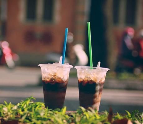 Cà phê thường pha sẵn, nhanh chóng gọi là có nhanh, phù hợp với lối sống bận rộn của người Sài Gòn.