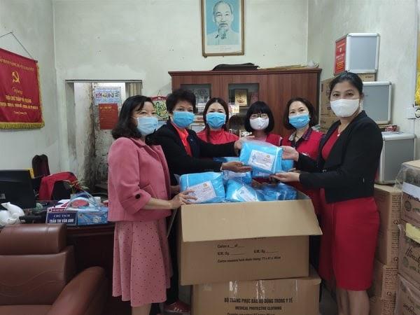 Hội Chữ thập đỏ quận Ba Đình với những phần quà chuyển tặng Trung tâm y tế hỗ trợ công tác phòng chống dịch Covid-19.