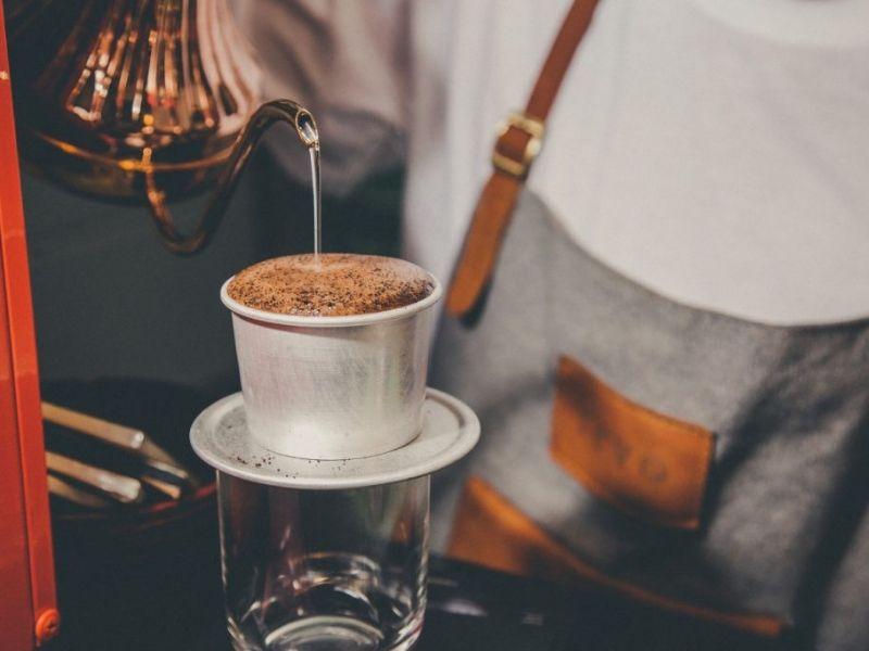 Bọt cà phê nguyên chất đục, dày và nhanh xẹp