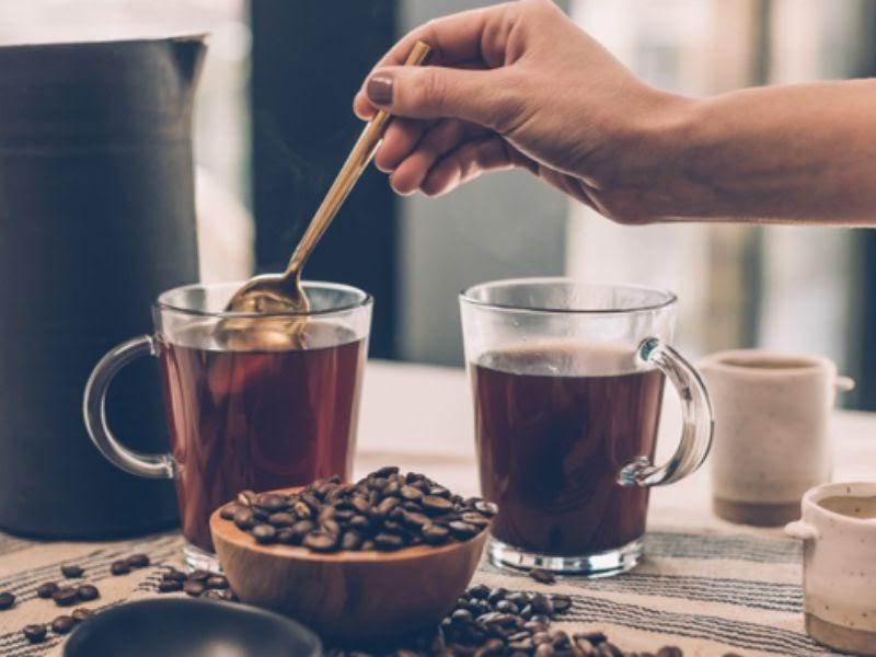 Cà phê nguyên chất có màu cánh gián đến nâu đậm